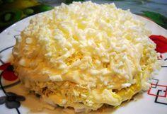 Салат «Невеста» с копченой курицей Салат «Невеста» — праздничный, красивый, нежный, воздушный. Это все без преувеличений. Попробуйте на досуге этот удивительный салатик, нравится всем без исключения, кто пробует. Копченую курицу можно заменить жареным или тушеным окорочком – будет вкуснее. Чем отварное филе. Майонез, желательно, возьмите низкокалорийный. Дерзайте в пробе нового вкусного салата! 300г копченой курицы …