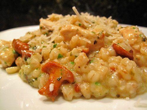 L'orge perlé permet de s'écarter avec gourmandise des risottos traditionnels. Un autre écart à la tradition : on ne restera pas à touiller debout devant la cuisinière dans cette version remaniée.