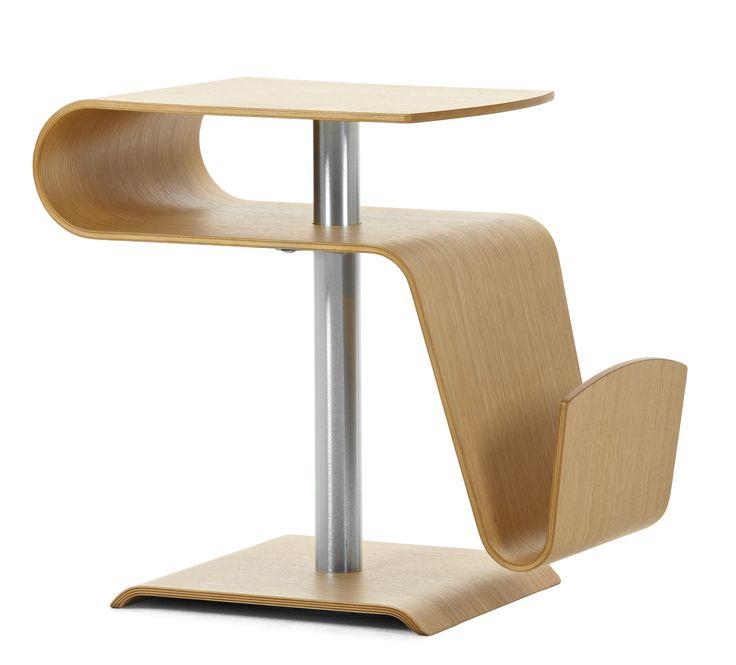 Ett modernt och lekfullt soffbord med raka linjer och mjuka kurvor. Både en smakfull inredningsdetalj och funktionell förvaringsplats för månadens magasin och favoritboken.