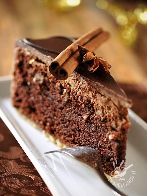 Chocolate cake and chili - La Torta al cioccolato e peperoncino è adatta per un evento speciale, come San Valentino, o per una serata romantica #tortaalcioccolato #tortaalcioccolatoepeperoncino
