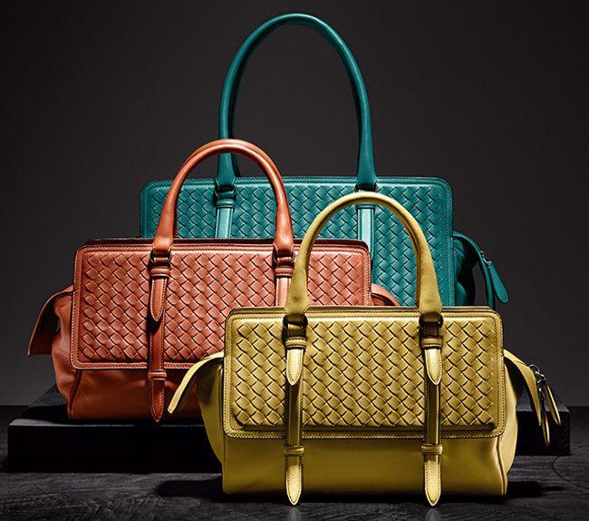 All'interno della proposta borse per la stagione fredda firmata Bottega Veneta si mettono in evidenza diversi modelli di bauletti, handbag, hobo e shoulder bag che si fanno interpreti di uno stile ...