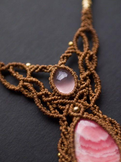 ローズクォーツ(ブラジル産)ロードクロサイト(アメリカ産)マクラメ編みネックレス紹介。濃いピンク色をした上質なローズクォーツに、 ピンク〜ホワイトの層が個性的なロードクロサイトをあしらった贅沢なネックレス。 甘くなりすぎないようゴールドブラウンの蝋引き糸をセレクトし、ひと編みひと編み丁寧に編み上げました。 女性らしさとナチュラル感がミックスされた、存在感溢れるデザインネックレスに仕上がっています。