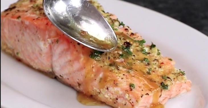 Le secret de sa recette de saumon c'est la sauce qu'elle verse dessus
