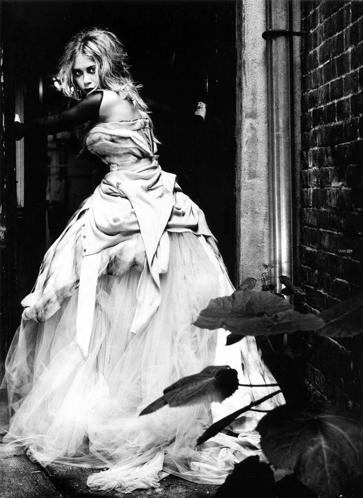 Mary Kate OlsenFashion Icons, Olsen Photographers, Mary Kate Olsen, Beautiful Black Whit, Ese Vestidos, Beautiful Blackwhite, Heart Clothing, Fashion Photography, Mary'S K