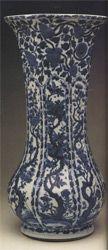 Mavi-beyaz oktagonal vazo, Qing Hanedanı, 17. yüzyıl sonu-18. yüzyıl başı. Çiçekli ağaçlarda kuşlar ve meyve-çiçek dallarıyla bezenmiştir