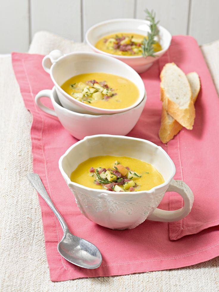 Cremige Kürbis-Suppe mit Cidre und einer Einlage aus Äpfeln, Speck und Rosmarin