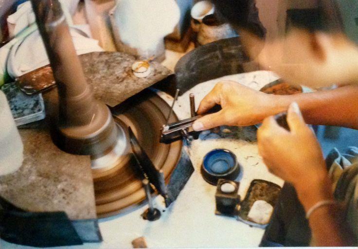 Come e' nata Suleymanoff? La famiglia Suleyman e' originaria di Bukhara, attuale Uzbekistan. All'età di 8 anni, Moshe lascio l'Afghanistan per andare in Israele e realizzare la sua passione diventando tagliatore di diamanti a 15 anni. Ha cosi appreso l'arte del taglio dei diamanti e dei preziosi. Moshe Suleyman è poi venuto in Italia all'inizio degli anni '60 per dedicarsi al commercio delle pietre preziose che ricercava in giro per il mondo.