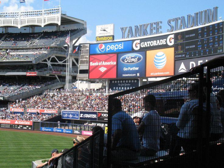 In het stadion van de New York Yankees tijdens de 3 uur durende honkbalwedstrijd over 9 innings.