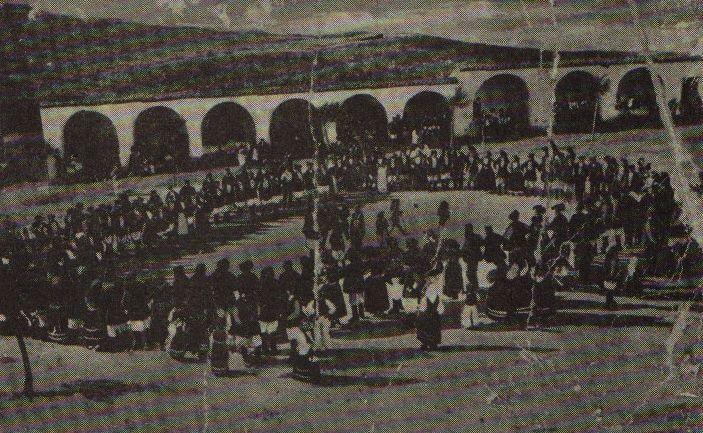 Ballu Tunnu nel piazzale della chiesa del Miracolo a Bitti nei primi del 900