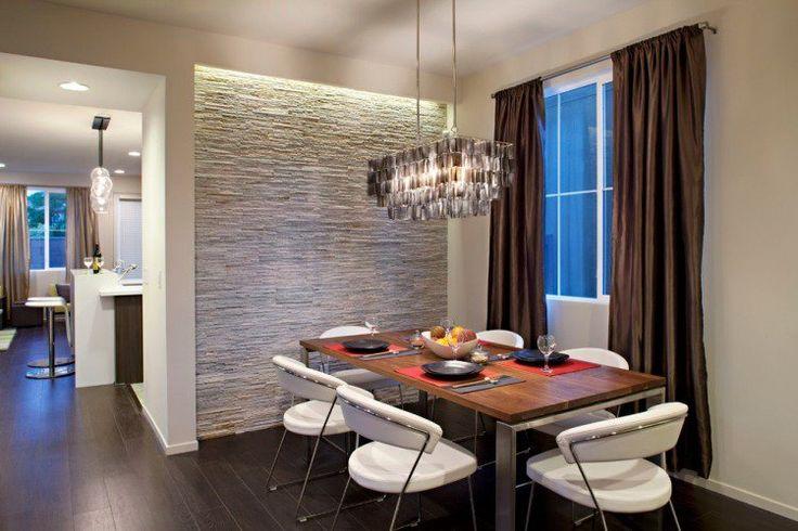 salle à manger avec lustre design et éclairage indirect