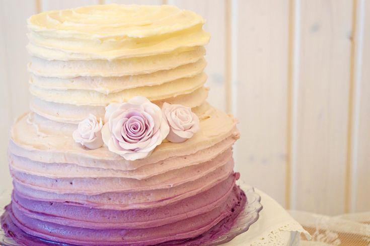 Hochzeitstorte in lila Ombré - Look aus Buttercreme mit Fondant-Röschen