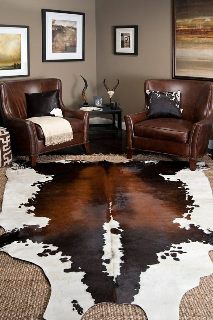 tapis en peau de vache, salon de luxe fauteuil en cuir marron foncé, déco murale, mur beige