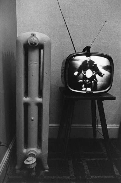 presentations | narrative | photographer : Lee Friedlander | TV | rabbit ears | radiator | vintage | ram2013