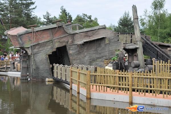 21/26 | Photo de l'attraction Pirates Attack située à Fraispertuis-City (France). Plus d'information sur notre site http://www.e-coasters.com !! Tous les meilleurs Parcs d'Attractions sur un seul site web !!