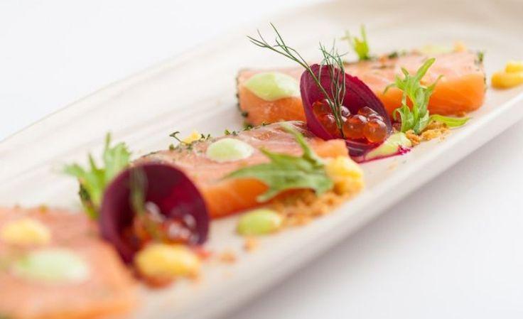 Carpaccio di salmone alla vodka, salsa all'aneto e uova di pesce