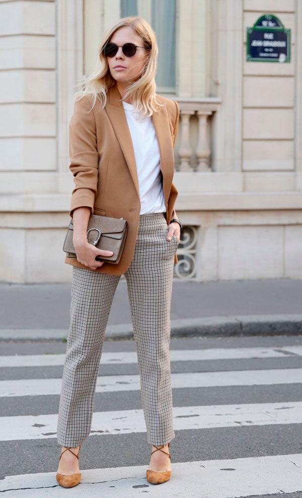 Look de office com blazer bege, blusa básica e calça xadrez. Perfeito para um dia de reunião.