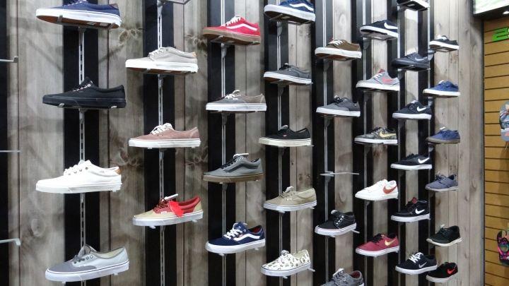Дизайн стенда для обуви в интерьере магазина спортивной одежды - Фото 1