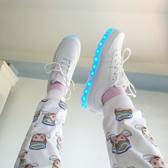 Chaussures d'éclairage à LED est livré avec USB chargeur 8 total des paramètres ; paramètres de 7 couleurs différentes et un clignotant couleurs définissant il y à un bouton à l'intérieur