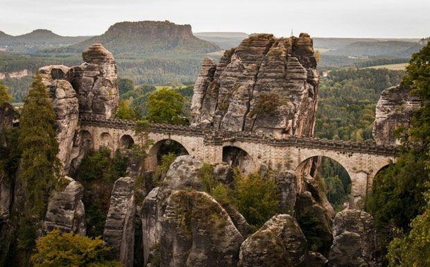 A 76 méter hosszú szászországi kőhídról csodás kilátás nyílik az Elbára