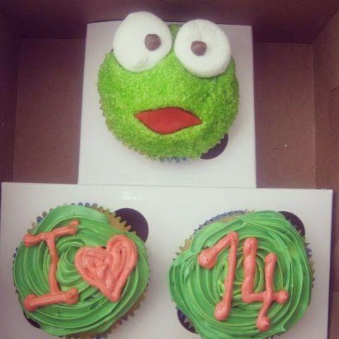Que tal unos Cupcakes de Chocolate con relleno de Arequipe y diseño de la Rana Rene? Envíanos tus diseños o visítanos en la Cra 11 No. 138 - 18 L3. #Cedritos #pasteleríaartesanal Cupcakes en Bogotá Personalizados #sosweet #repostería #cupcakes #cupcakefactory #cupcakesenbogotá