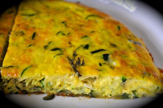 Necesitamos 150 gramos de cebollas 40 gramos de aceite de oliva virgen extra 600 gramos de calabacines 4 huevos 100 gramos de ques...