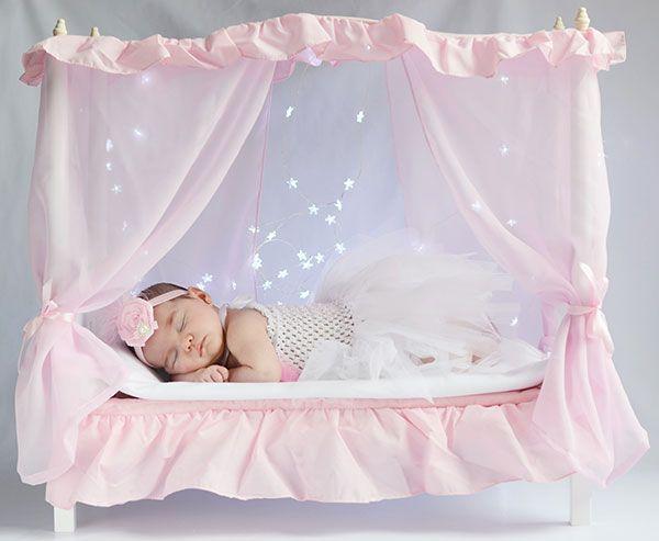 esta preciosa cama de madera blanca con dosel y cortinas rosas lleva a juego un edredn