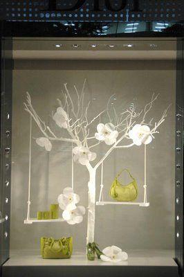 Complementos en árbol con flores