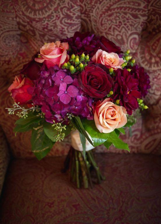 Bukiet ślubny z róż.: Colors Pop, Bridal Bouquets, Burgundy Colors, Fall Wine, Colors Palettes, Red Rose, Coral Rose, Gardens Wedding, Wedding Venues