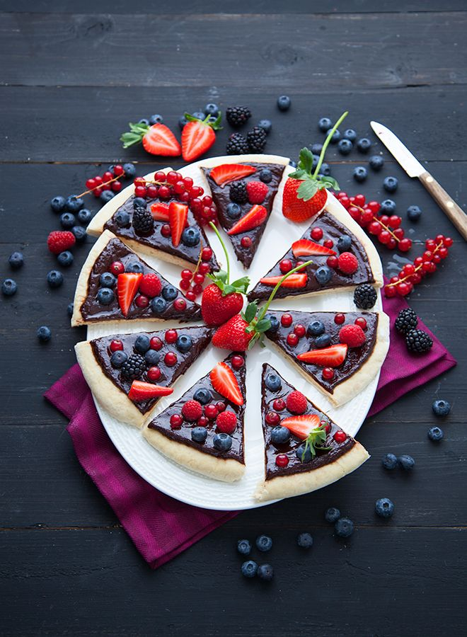 Chocolate & berries pizza  in VEGAN, a french cookbook published by La Plage. Recipes & photo : Marie Laforet