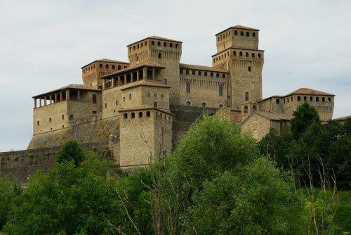 TORRECHIARA (PR) is one of the destinations of the CASTLES & FORTRESSES TOUR in Parma's province. It is especially known for its massive castle, built by Pier Maria II Rossi (1413-1482), count of San Secondo, between 1448 and 1460.