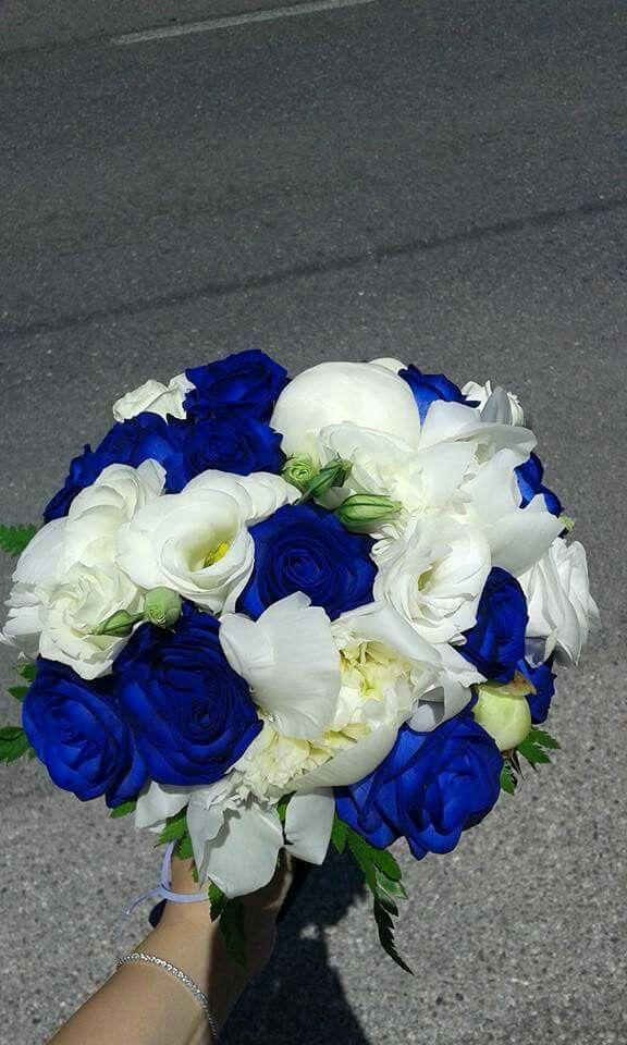 Bouquet Sposa Con Rose Bianche E Blu.Bouquet Con Rose Blu Lisianthus Bianco E Peonie Bianche