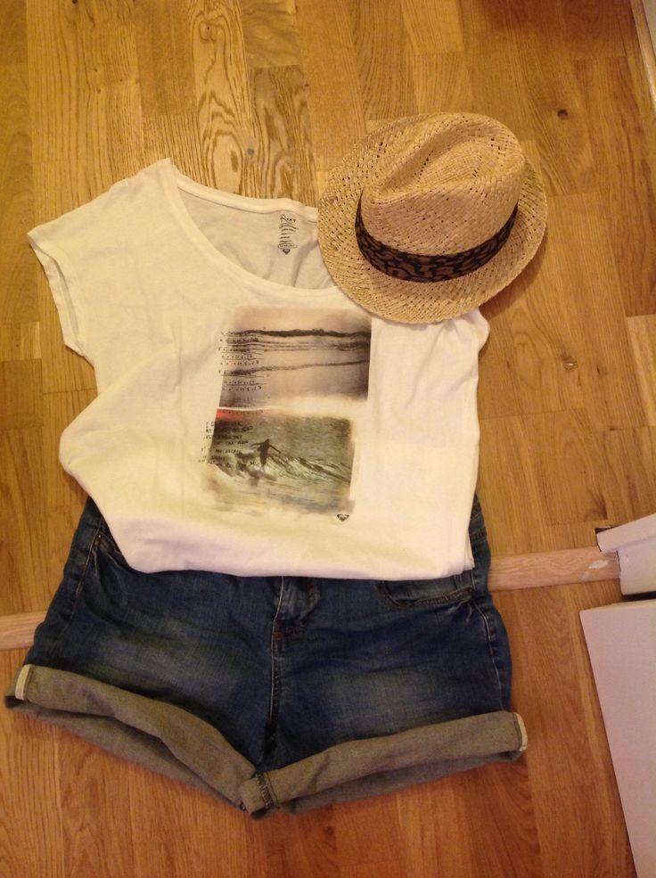 La tenue pour la plage : short en jean h&m, t-shirt Roxy avec une image de surf, et mon chapeau ramené de Prague, le tout de l'été dernier. La tenue d'été , je me sens en vacances rien qu'à la regarder.