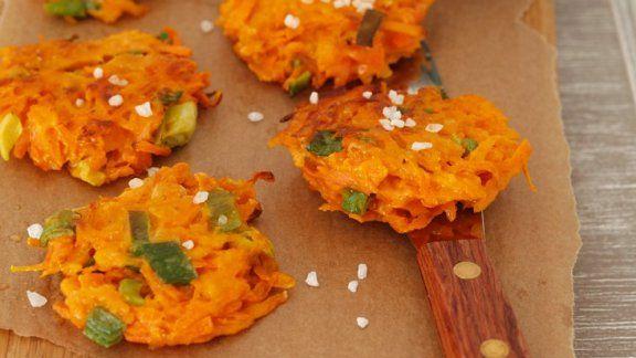 Rezept: Karottenpuffer mit Frühlinszwiebeln und Joghurtdip
