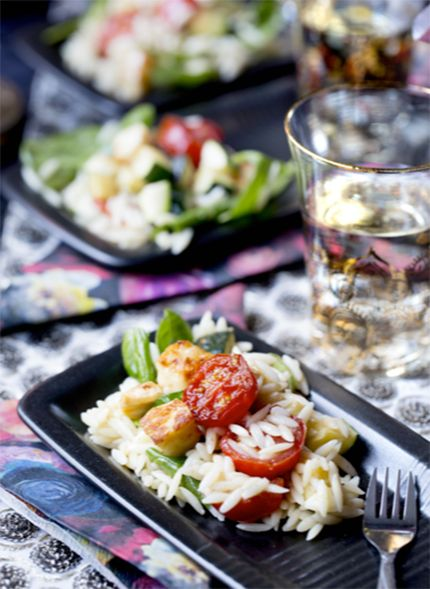 Servera salladen med varma grönsaker och halloumi, då är den som godast.
