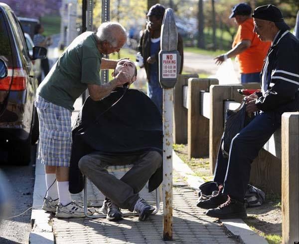 foi en l humanité  Ce barbier de 82 ans va dans le parc le plus proche pour raser gratuitement les gens.  - See more at: http://www.conscience-et-eveil-spirituel.com/photos-redonnent-foi-en-lhumanite.html#sthash.fSIORS10.xvp3aRDb.dpuf