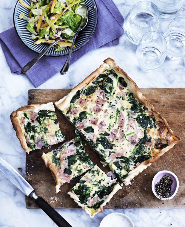 Spinattærte med en sprød grøn salat er nem og mættende hverdagsmad, som hele familien kan lide.