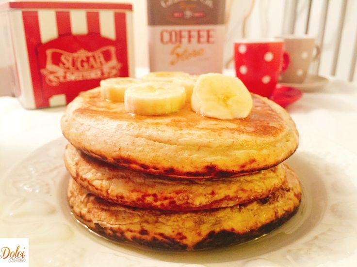 Pancake alla Banana Senza Burro, una versione leggera delle tipiche frittelle americane! Alti soffici e spumosi con un gusto avvolgente e goloso!