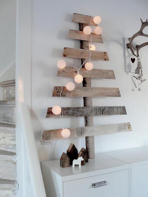 houten kerstboom, simpel maar supermooi. Ballenslinger erin en klaar. je kunt de boom ook nog een 'kerstkleurtje' geven.