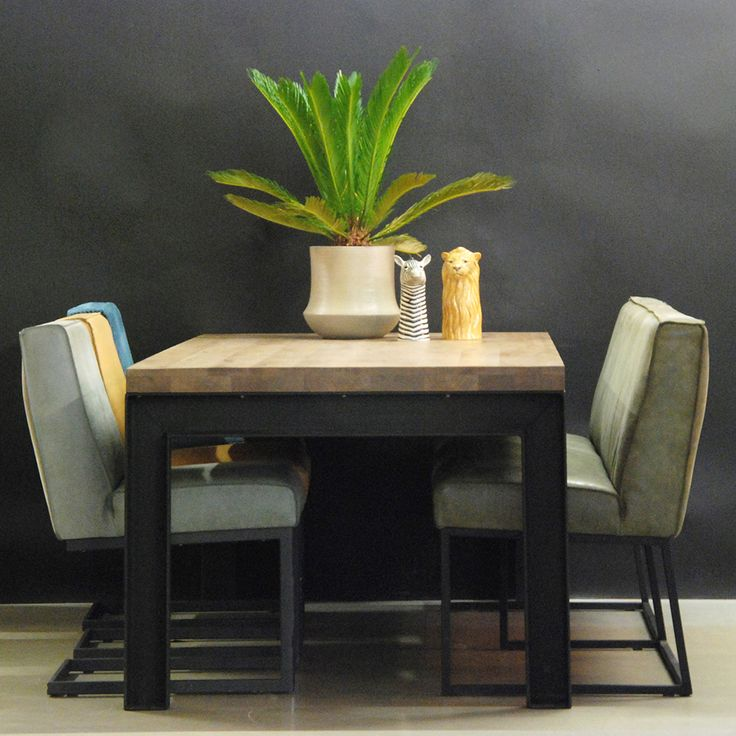 Een robuuste eettafel is Soprano zeker. Deze eetkamertafel met metalen onderstel heeft een oud eikenhouten tafelblad. Perfecte eettafel voor 8 stoelen.