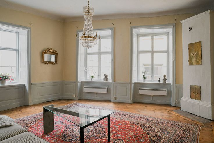 Bröstpanel och kakelugn i vardagsrummet på plan två i det Wichmannska huset, Skeppar Karls Gränd 9 & Österlånggatan 9.