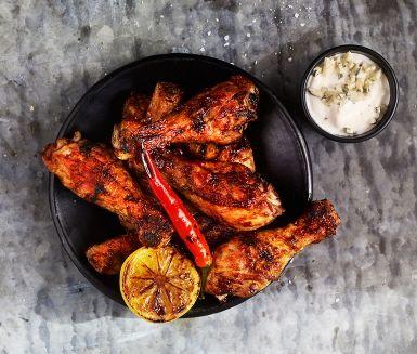 Chicken Buffalo är grillade kycklingben med mycket smak – såsen med chili, tabasco och worcestershiresås ger en pigg hetta. Perfekt som en del av grillbuffén!