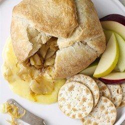 Gebakken brie in bladerdeeg met gekarameliseerde ui en appel