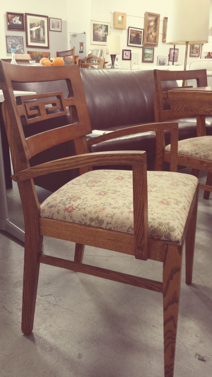 this mid century modern chair is part of a dining set with 5 other chairs