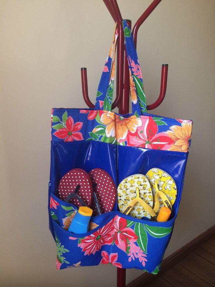 Bolsa ideal para ir na praia, piscina, clube e também para quem faz academia. Feita com material impermeável e com 4 bolsos externos, onde você pode colocar chinelo, o protetor, celular, carteira.