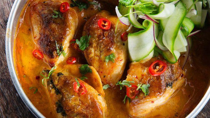 Kylling i mangosaus - Store kyllingbryst kan erstattes med seks «vanlige» kyllingfileter.  Mangochutney finnes i både milde og sterke utgaver og med forskjellig sukkerinnhold, velg det som passer deg best. Eventuelt kan du lage din egen mangopuré av moset mangokjøtt.    Bruk eventuelt rød chili, agurk og rødløk til pynt.