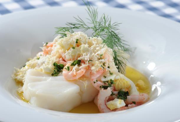 Ångad torsk med ägg, räkor och pepparrot.