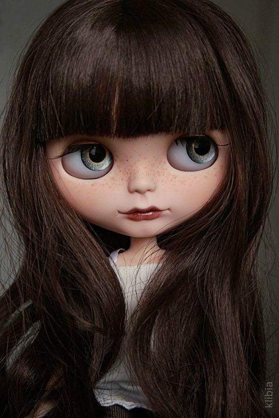 """Blythe  (pronuncia-se """"Blaite"""")  foi criada em 1972 pelo designer Allison Katzman  e comercializada nos E.U.A. pela Toy Company Kenner .  Su..."""