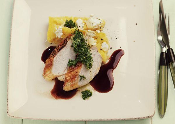 Stekt kycklingbröst med gremolata, polenta och balsamicosås.