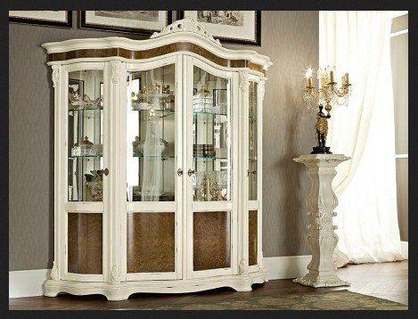 Lemari Hias Dan Pajangan Mewah LHS-009 terbuat dari kayu mahoni dengan sedikit sentuhan ukir jepara yang disempurnakan dengan cat duco putih.