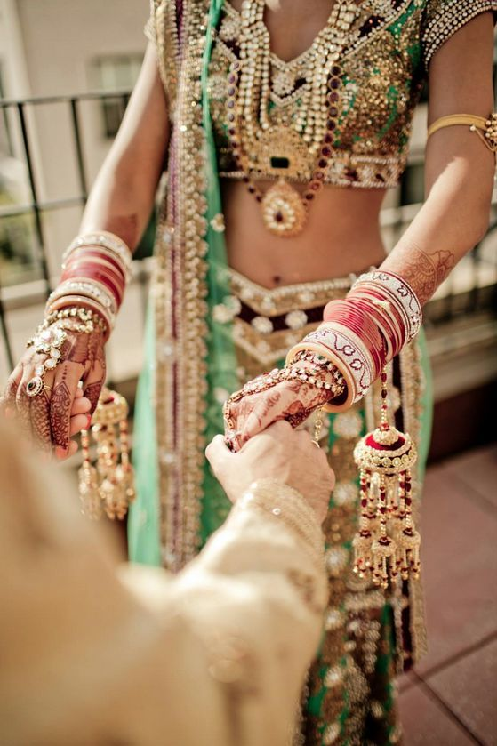 way to show off the outfit <3 lengha ♥ bridal lehenga ♥ Indian ♥ fusion ♥ wedding ♥ dress ♥ saree ♥ sari ♥ jewellery <3 menhdi